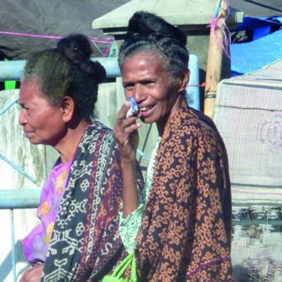 Frauen am Markt in Maumere-buch